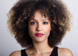 mujer-frente-pelo-rizado_1139-581