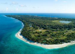 toma-aerea-maldivas-mostrando-increible-playa-mar-azul-claro-selvas_181624-2377
